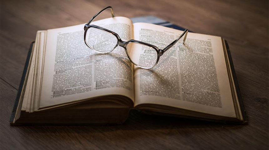book with glasses - Literatura de Cordel, já ouviu falar?