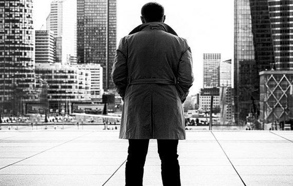 man standing 570x363 - Conhece o Sérgio Vieira?
