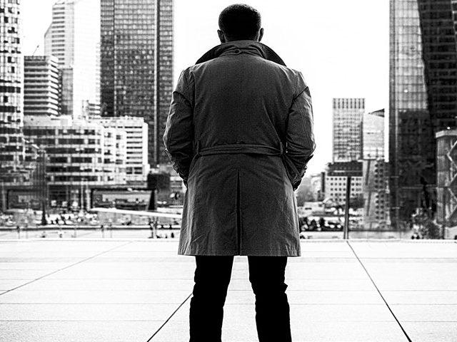 man standing 640x480 - Conhece o Sérgio Vieira?