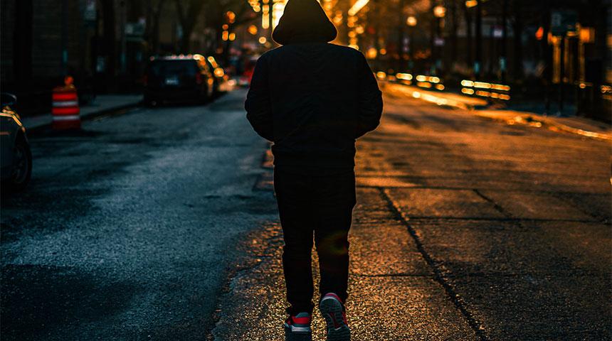 man walking back - Tudo o que Não Podes Perder Sobre o Dia do Solteiro