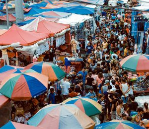 market many people 300x260 - Explore as Ofertas do Mercado da Ribeira