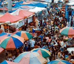 market many people 300x260 - Explore as Ofertas do Mercado da Ribeira