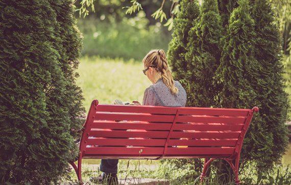 woman seting 570x363 - Tudo o que Não Podes Perder Sobre o Dia do Solteiro
