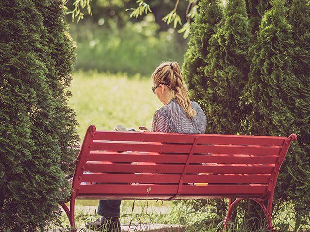 woman seting 640x480 - Tudo o que Não Podes Perder Sobre o Dia do Solteiro