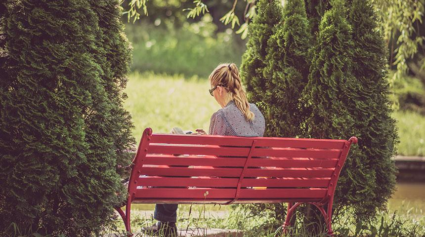 woman seting - Tudo o que Não Podes Perder Sobre o Dia do Solteiro